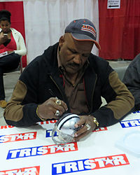 Thomas_Henderson_signing_autographs_in_Jan_2014
